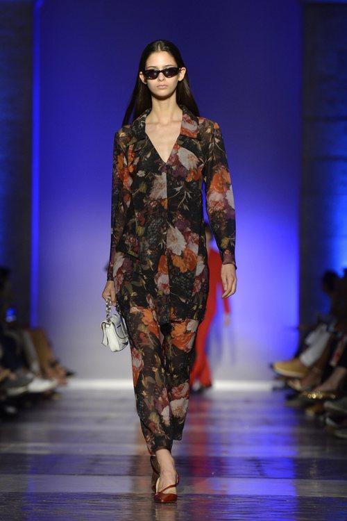 Modelo con un vestido largo estampado de la colección primavera/verano 2020 de Roberto Verino