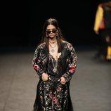 Inspiración andaluza y una chaqueta en mantón de manila en la colección primavera/verano 2020 de WallapopxMaríaEscoté