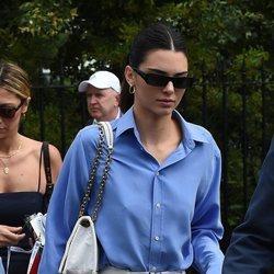 Kendall Jenner con un pantalón blanco y camisa azul