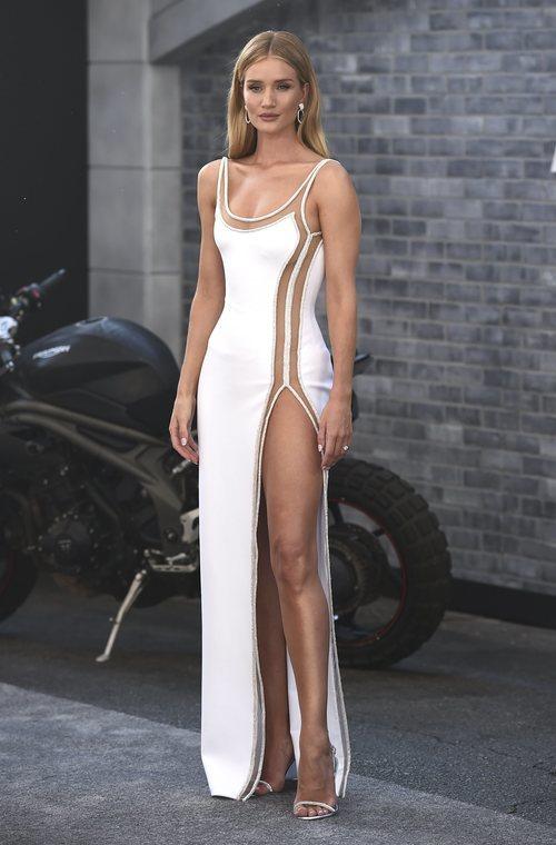Rosie Huntington-Whiteley con un vestido nupcial en la premiere de la nueva película de 'Fast & Furious'