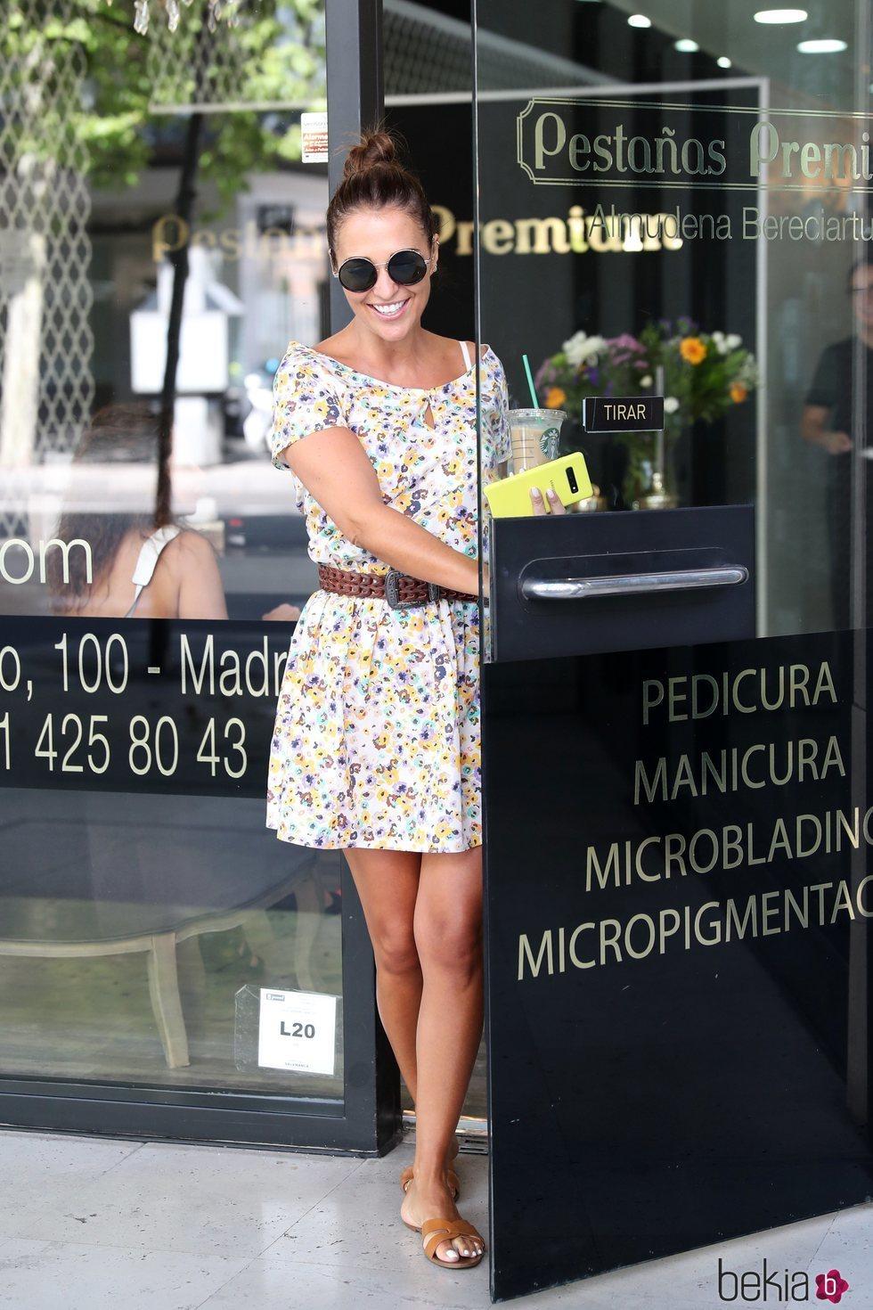 Paula Echevarria con vestido floral saliendo de un centro de estética en Madrid
