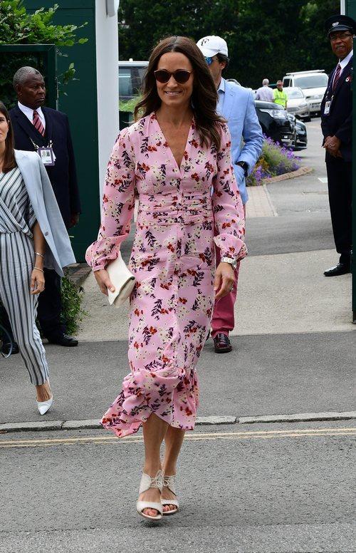 Pippa Middleton en la final del Campeonato de Wimbledon con un vestido rosa y estampado floral