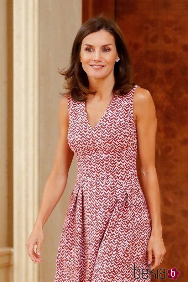 La Reina Letizia con un vestido de estampado zig zag en blanco y burdeos con escote en uve