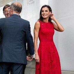 La Reina Letizia con un vestido rojo de Carolina Herrera como embajadora del CEMAS