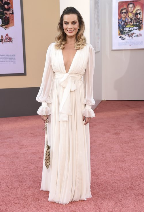 Margot Robbie con un vestido blanco de gasa de Chanel en la premiere de su nuevo proyecto de cine