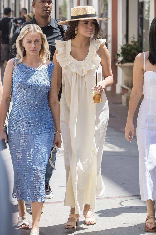 Selena Gomez disfruta de sus vacaciones en Italia con un vestido largo en amarillo pálido