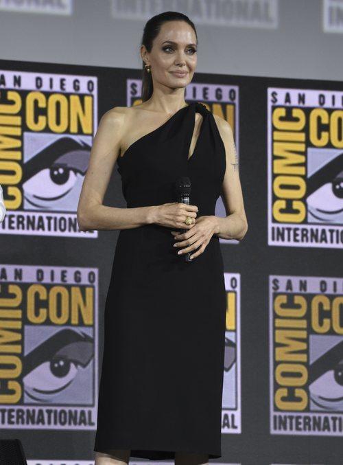 Angelina Jolie reaparece en la Comic Con con el vestido negro más elegante de YSL