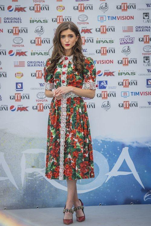 Natalia Dyer con un vestido floral con puntilla en la presentación de la tercera temporada de Stranger Things