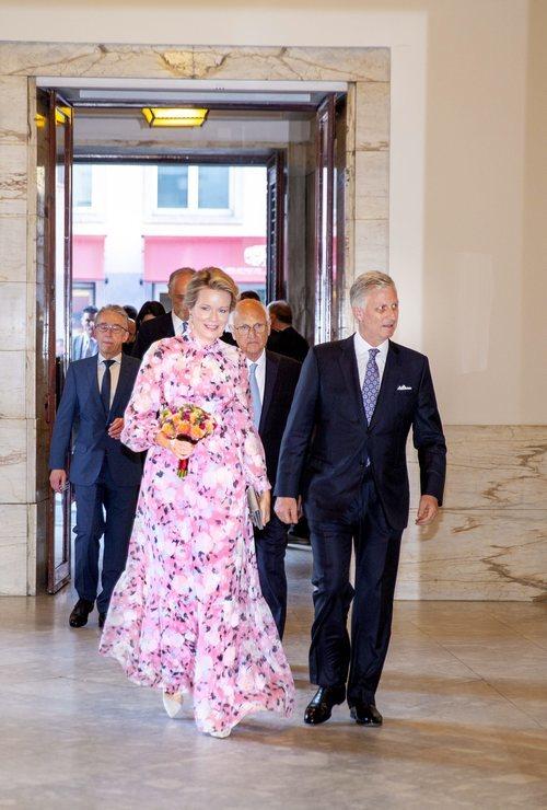 La Reina Matilde de Bélgica con un vestido de estampado floral de la firma Erdem en un espectáculo celebrado en la Ópera de Bruselas