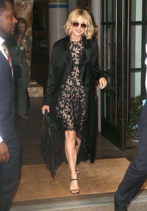 Naomi Watts con un vestido de encaje negro con falda asimétrica, abrigo de piel vuelta negro y gafas de sol en el Show de Jimmy Fallon