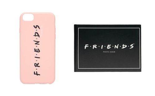 Funda de móvil rosa pastel y estuche negro de la colección cápsula de Stradivarius x 'Friends'