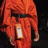 Accesorio colgado del cinturón para llevar el smartphone de la nueva colección de Juanjo Oliva x Samsung
