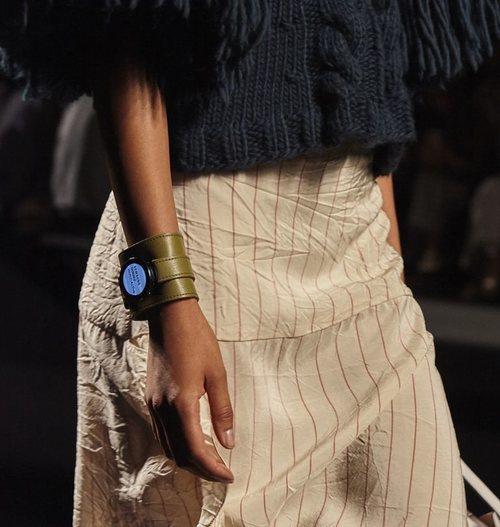 Accesorio para llevar el smartwatch de la nueva colección de Juanjo Oliva x Samsung