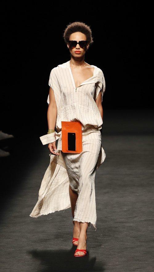 Accesorio para llevar el smartphone en la cintura de la nueva colección de Juanjo Oliva x Samsung