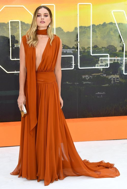 Margot Robbie con vestido naranja en la premiere de 'Once Upon a Time Hollywood'