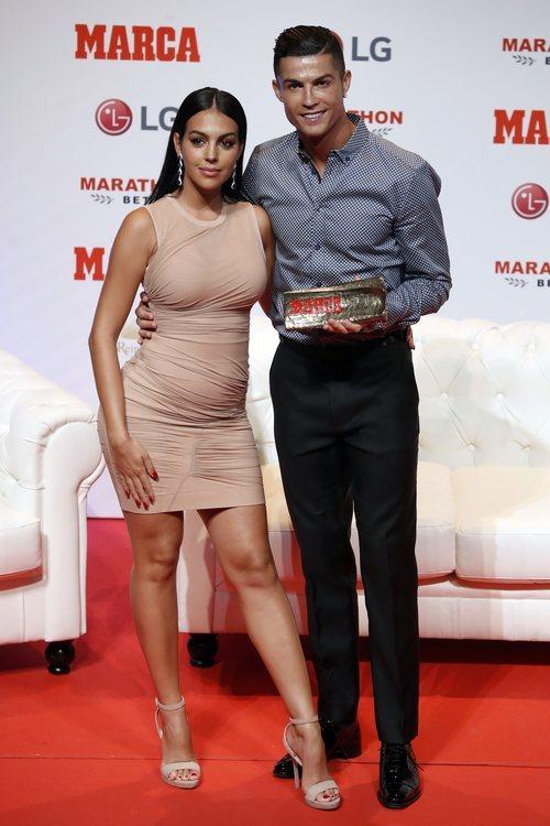 Georgina Rodríguez y Cristiano Ronaldo recogen un premio de Marca