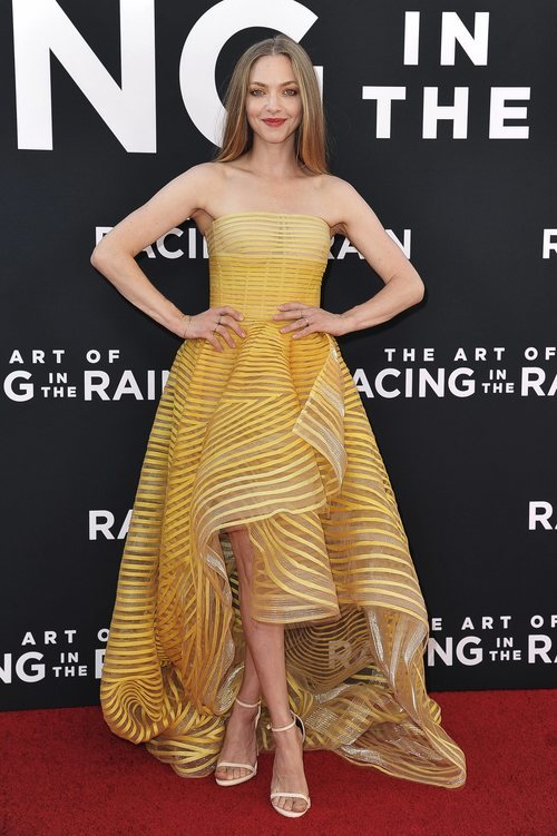 Amanda Seyfried en la presentación de The Art of Racing con un dramático vestido amarillo