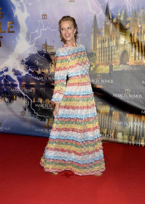 Eva Herzigová en Mallorca con un vestido brillante y lleno de color