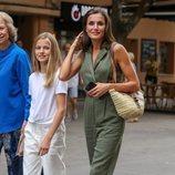 La Reina Letizia triunfa con este mono de Mango de vacaciones en Mallorca
