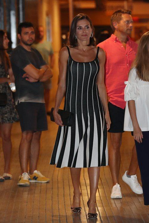 La Reina Letizia con un deslumbrante vestido en la función del 'Lago de los Cisnes' en Mallorca