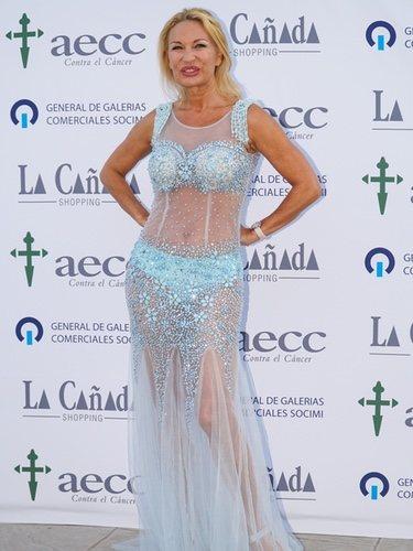 La actriz francesa Marlene Morreau en la Gala AECC 2019 con un vestido de transparencias
