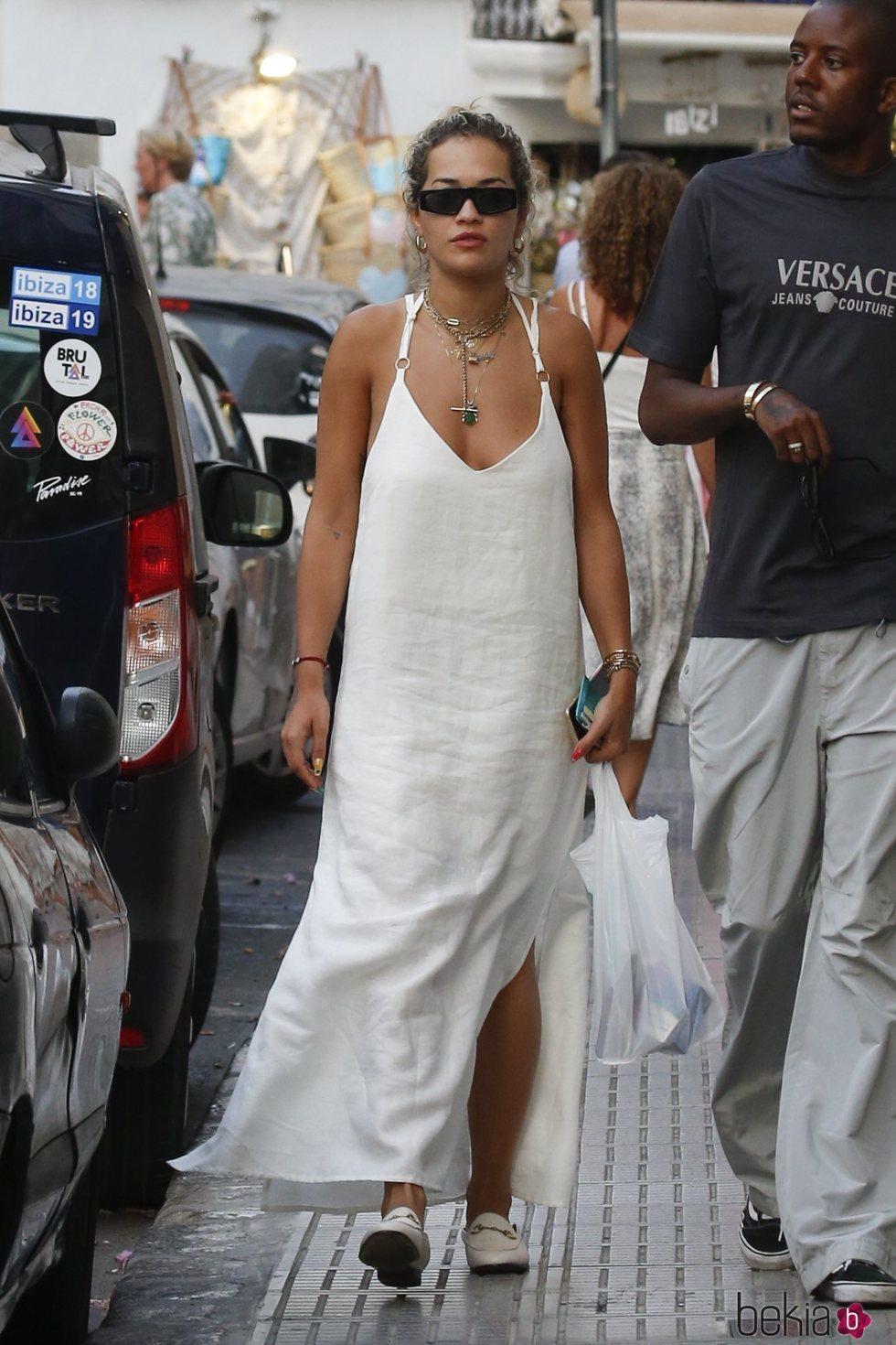 Rita Ora se rinde al blanco ibicenco durante sus vacaciones en la isla