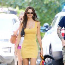 Emily Ratajkowski reinventa el estilo de dog walker con un vestido amarillo ceñido-clave-veraniega
