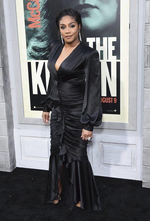 Tiffany Haddish en la premier de 'Kitchen' con un vestido largo de seda negro y escote en uve, impreso en negro y muy cargado de simbolismo
