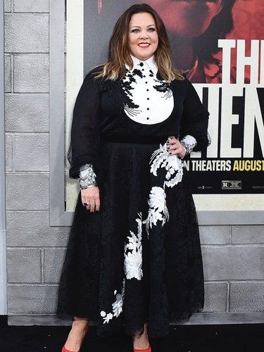 Melissa McCarthy en la presentación de 'The Kitchen' enfundada en un vestido largo negro y cuello de camisa inglés