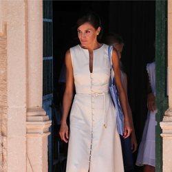 La Reina Letizia con un vestido de Uterqüe en su visita al Museo Son Marroig