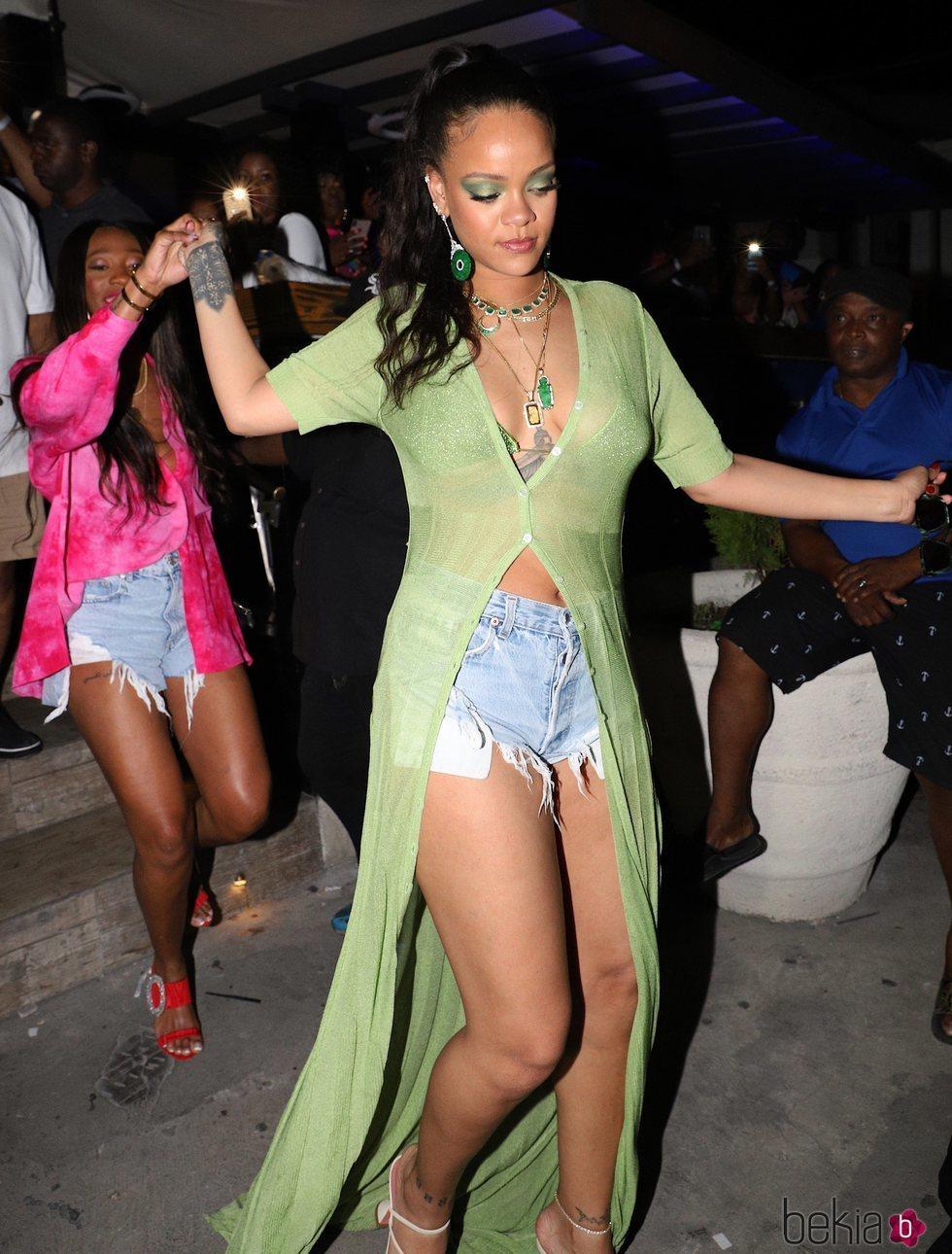 Rihanna con una cárdigan verde lima larga de Jacquemus