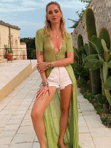 Chiara Ferragni con una cárgidan verde lima larga de Jacquemus de vacaciones en Ibiza