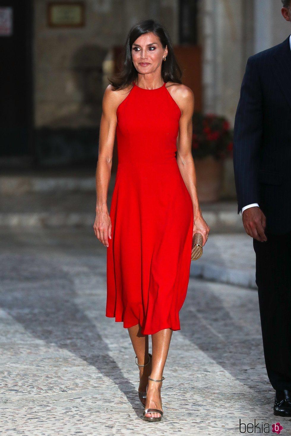 La Reina Letizia de rojo pasión en la recepción de la Almudaina