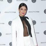 Priyanka Chopra Jonas asiste al Beautycon con un traje corte sastre en blanco impoluto
