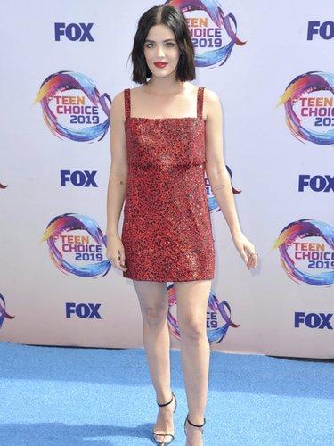 Lucy Hale con un vestido corto y brillante en los Teen Choice Awards 2019