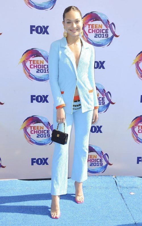 Maddie Ziegle con un traje de Chanel en los Premios Teen Choice 2019