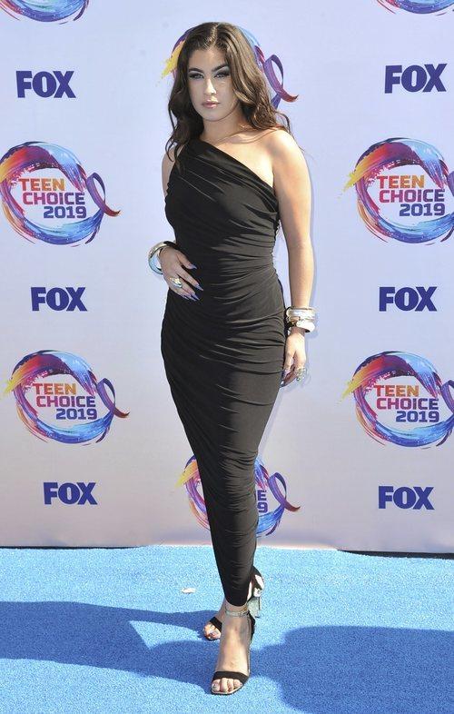 Lauren Jauregui de negro ajustado en los Premios Teen Choice 2019