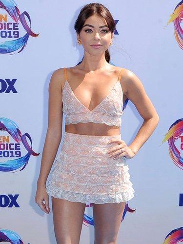 Sarah Hyland vestida con transparencias en los Premios Teen Choice 2019