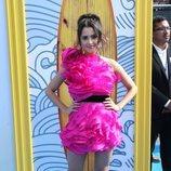 Laura Marano con un vestido fucsia en los Premios Teen Choice 2019
