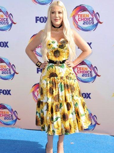 Tori Spelling con un vestido de girasoles en los Premios Teen Choice 2019