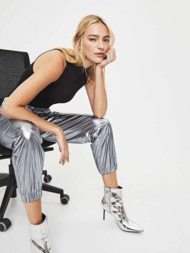 Pantalón metalizado de la colección otoño 2019 de Bershka