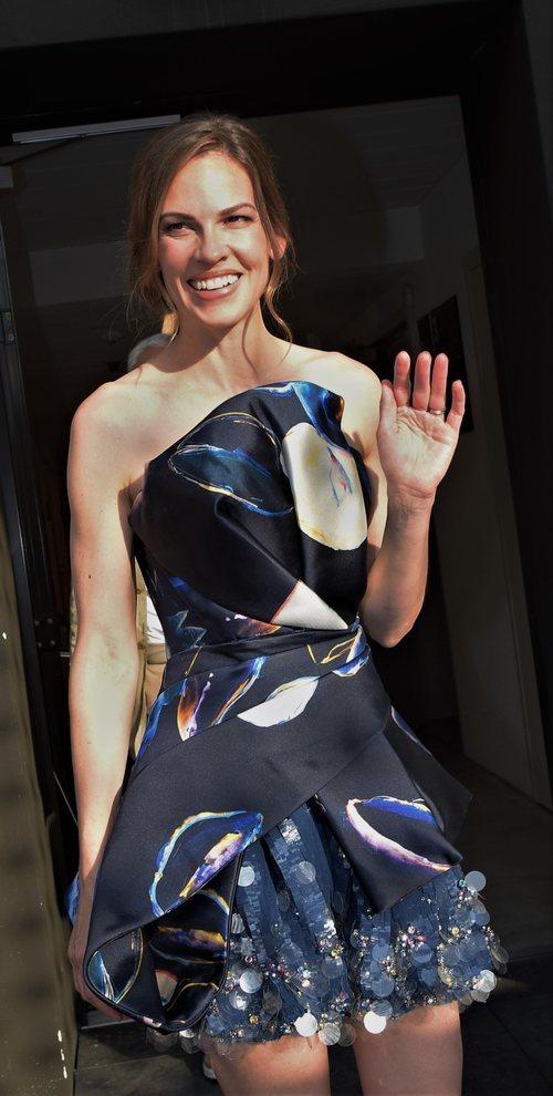 Hilary Swank recibe el premio Leopard con un vestido satinado y de corte asimétrico