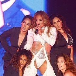 Jennifer Lopez con un conjunto out fashion en su concierto en Egipto