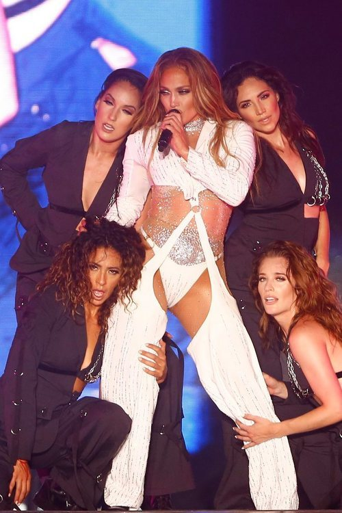 Jennifer Lopez con un conjunto out fashion en su concierto en Egipto