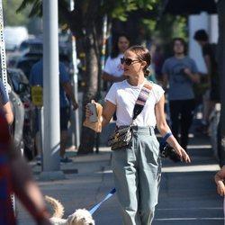 Natalie Portman paseando a su perro por las calles de California