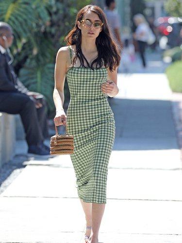 Emma Roberts con un vestido de cuadros de & Other Stories por las calles de Los Ángeles