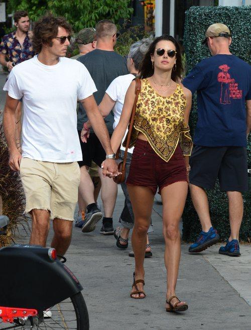 Alessandra Ambrosio con un look aburrido y muy juvenil en Venice Beach