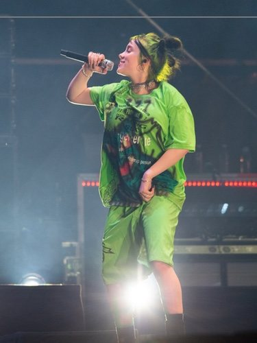 Billie Eilish de verde flúor en el Festival MS Dockville de Hamburg