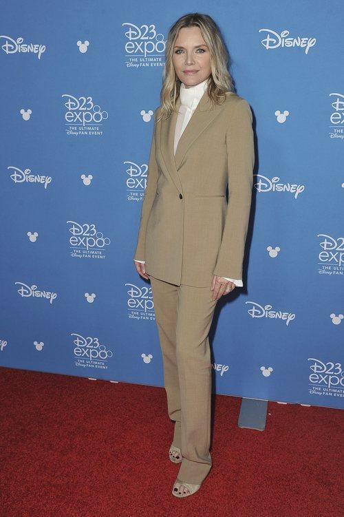 Michelle Pfeiffer con un traje minimalista en la Gala D23 de California