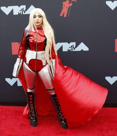 Ava Max en la alfombra roja de los Premios MTV VMAs 2019